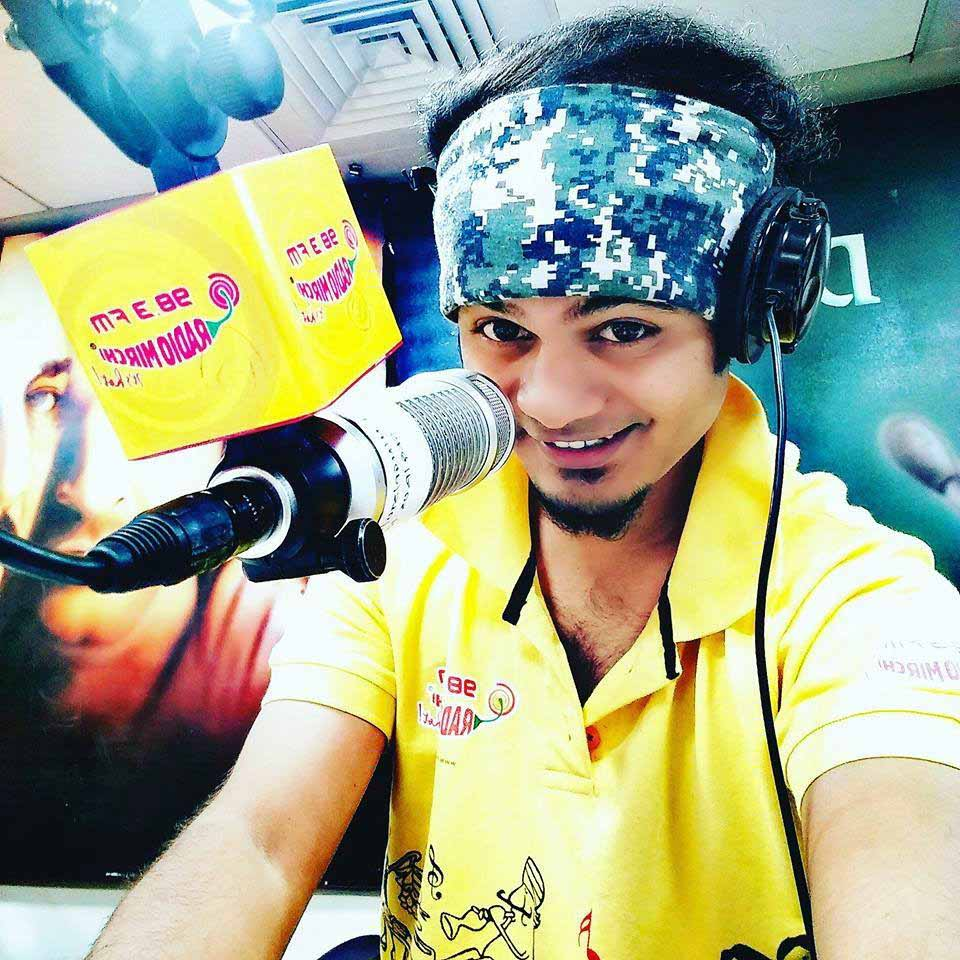 Radio Mirchi 98.3 FM's RJ Shubham dies while hosting the morning show 'Hi Nagpur'. Shubham reportedly suffered a cardiac arrest during his show.