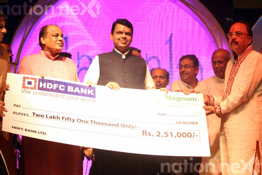 CM Fadnavis receives 2 5 lakhs for relief fund at Sankalp