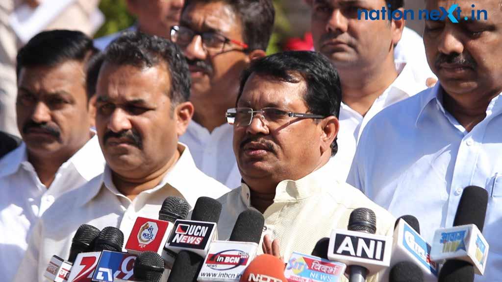 MLA Vijay Wadettiwar during the winter session 2016 attacked CM Fadnavis for supporting cabinet minister Mahadev Jankar despite an FIR filed against him.