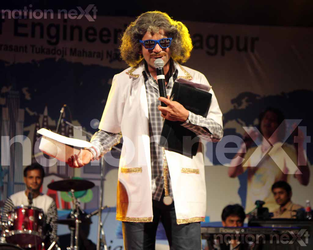 Sunil Grover creates a laughter riot with his Gutthi 'groom hunt' at Raisoni College, Nagpur