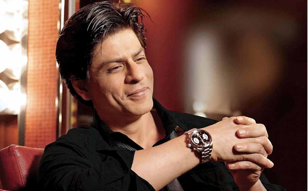 While on his way to Alia Bhat's home, Shah Rukh Khan's car accidentally ran over a photographer's foot who was trying to click a picture of the superstar.