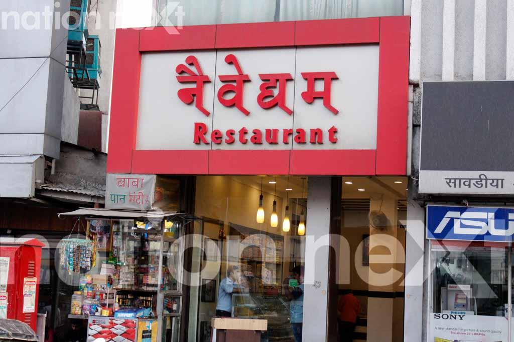 Naivedhyam Restaurant's cashier Vijay Nagale (34) was looted by a masked man near Rani Jhansi Square, Nagpur on Wednesday night at 11:55 pm.