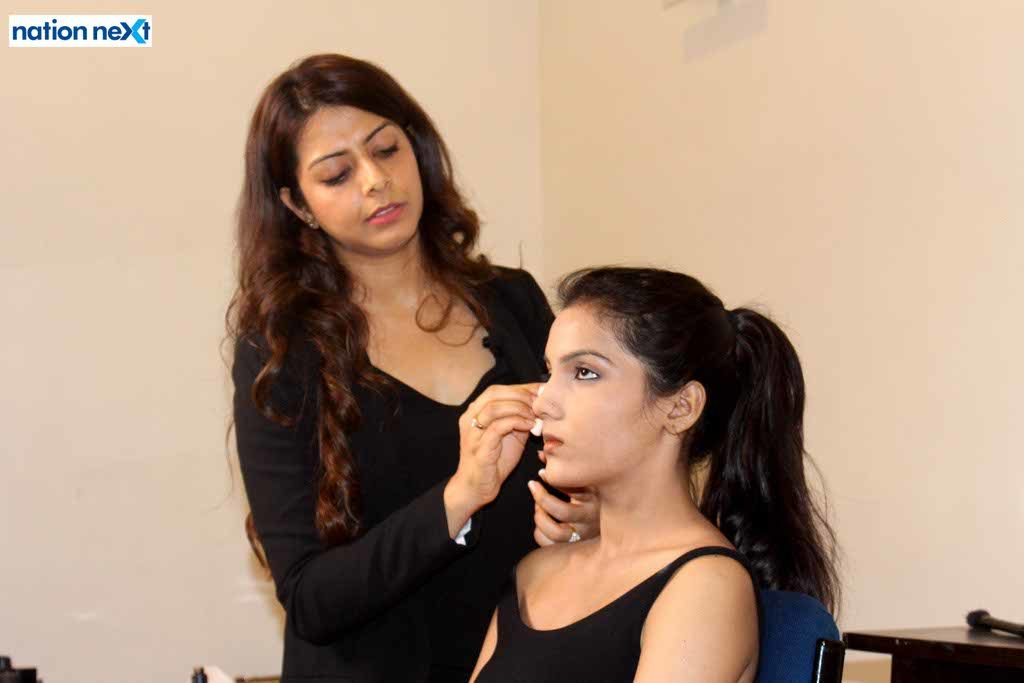 Celebrity makeup artist Varssha Sugandh Tilokani recently held a makeup session 'Personal Makeup Master Class' for Nagpurians at Chitnavis Centre.
