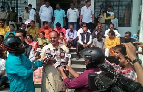 After BJP supporters in Raipur allegedly attacked reporter in Raipur, journalists were seen in helmets during their interaction with BJP leaders.