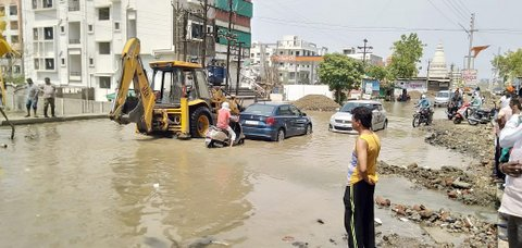 Amidst ongoing water crisis in Nagpur, a pipeline supplying drinking water at the main road near Bank of India in Besa, got burst.