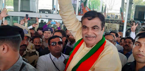 Nagpurians accorded a grand welcome to their favourite leader and Union Minister Nitin Gadkari today afternoon at Dr Babasaheb International Nagpur Airport.