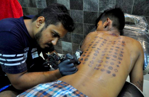 Nagpur tattoo artist Pradeep Mulani made an entry in the Guinness Book of World Record by engraving 448 tattoos in 22 hours.