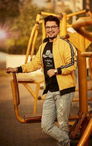 After directing successful short films, Ram Kamal Mukherjee will be directing Rohit Roy and Ritabhari Chakraborty for his third Hindi film Broken Frame.
