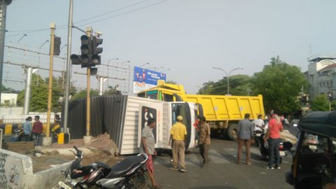 In a serious road mishap, a truck turned turtle after it collided with another truck at Bole petrol pump area in Nagpur on Sunday morning.