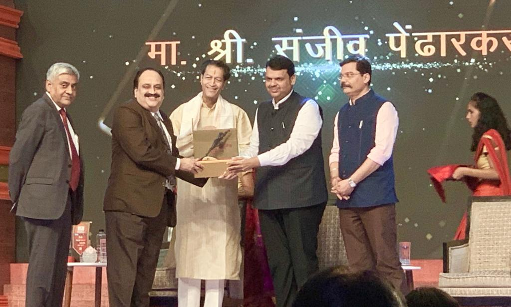 VICCO Director Sanjeev Pendharkar receiving the 'ABP Majha Sanman Award' from Maharashtra Chief Minister Devendra Fadnavis
