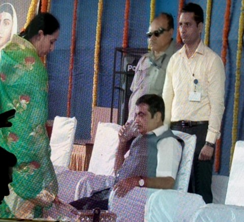 Nitin Gadkari was present at the Punyashlok Ahilyadevi Holkar Solapur University at Solapur today when during the national anthem he fainted on stage.