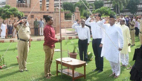 RSS general secretary, Bhaiyaji Joshi unfurled the national flag. RSS chief Mohan Bhagwat also paid tribute at the RSS headquarters.