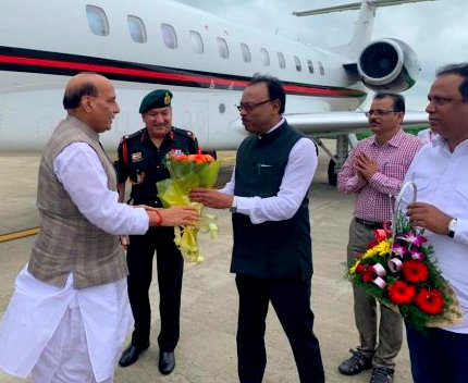 BJP leaders including Chandrashekhar Bawankule accorded a grand welcome to Defence Minister Rajnath Singh at Nagpur airport today morning.