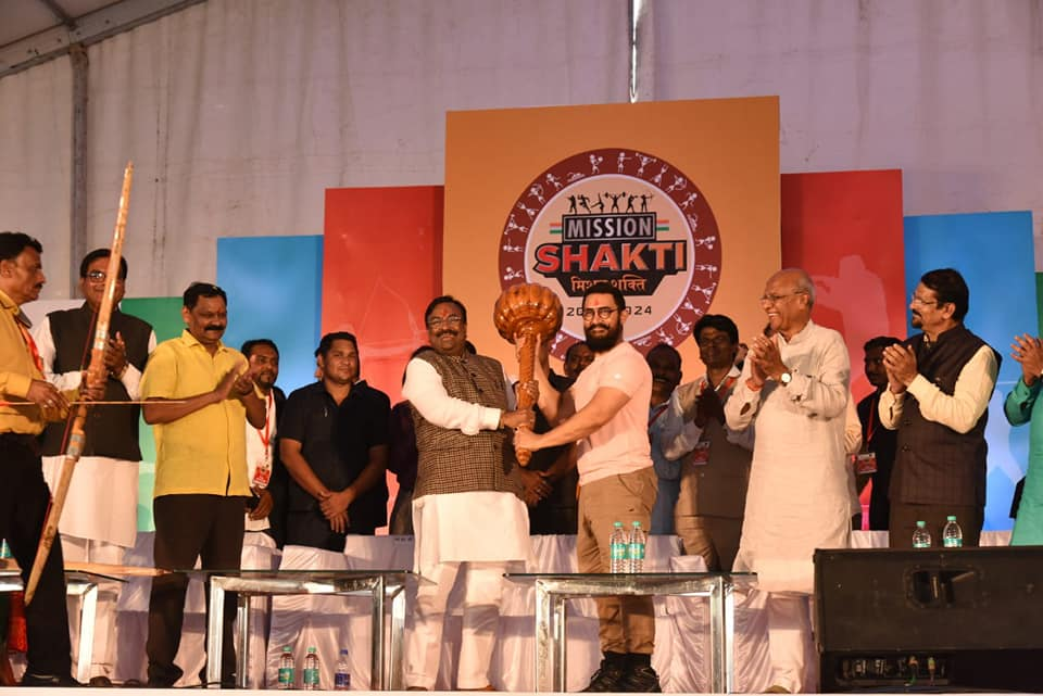 Maharashtra Cabinet Minister Sudhir Mungantiwar and Aamir Khan during the launch of 'Mission Shakti' at Atal Bihari Vajpayee Stadium in Ballarpur.