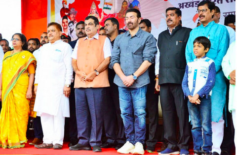 Actor turned politician Sunny Deol painted Nagpur with patriotism on Wednesday morning, a day ahead of Independence Day with his popular lines from Gadar.