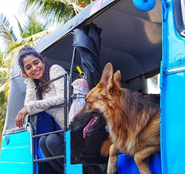 Yashashri Masurkar with her dog in her auto rickshaw. (Photo Source: Instagram)