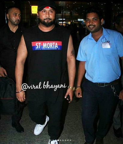 Bollywood rapper Yo Yo Honey Singh looked unrecognisable in his recent pictures clicked outside Mumbai airport on Wednesday night (August 28, 2019).