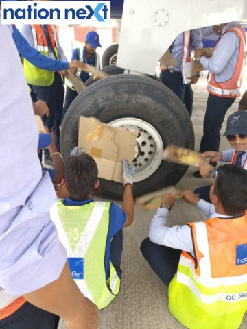 Twitter Gaurav Pradhan posted a picture of Indigo employees at Nagpur airport manually cooling the disc brakes of what appears to be an Indigo airbus 320.