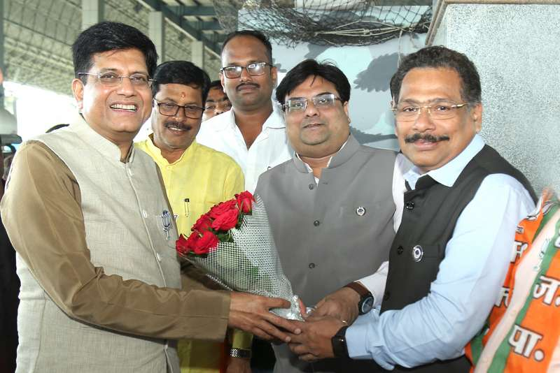 A delegation from ICAI Nagpur branch met and felicitated Minister of Commerce and Railways CA Piyush Goyal during his visit to Nagpur yesterday.
