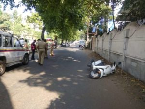 In a shocking incident, a husband tried to murder his wife on Monday at around 12:15 pm at Canal Road near Panchsheel Square in Nagpur.