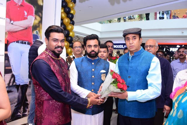 Former minister and NCP MLA from Katol Anil Deshmukh inaugurated the swanky store U.S. Polo Assn. (men's clothing brand) at Trilium Mall in Nagpur.