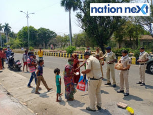 Nagpur Police Inspector from Bajaj Nagar Police Station Raghvendra Kshirsagar took the initiative to provide food packets to the people living on footpaths.